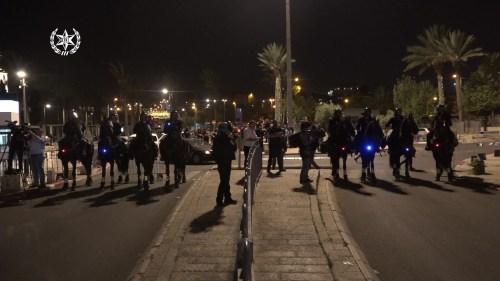 שער-שכם-24.4.21-44-500x281 הניפו דגלי פלסטין ויידו אבנים לעבר שוטרים: עשרות מחו במזרח ירושלים