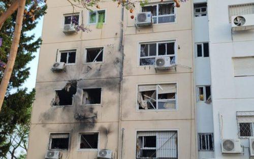 WhatsApp-Image-2021-05-11-at-06.19.31-500x313 גבר בן 40 נפצע בינוני - קשה מפגיעה ישירה של רקטה בבניין מגורים באשקלון