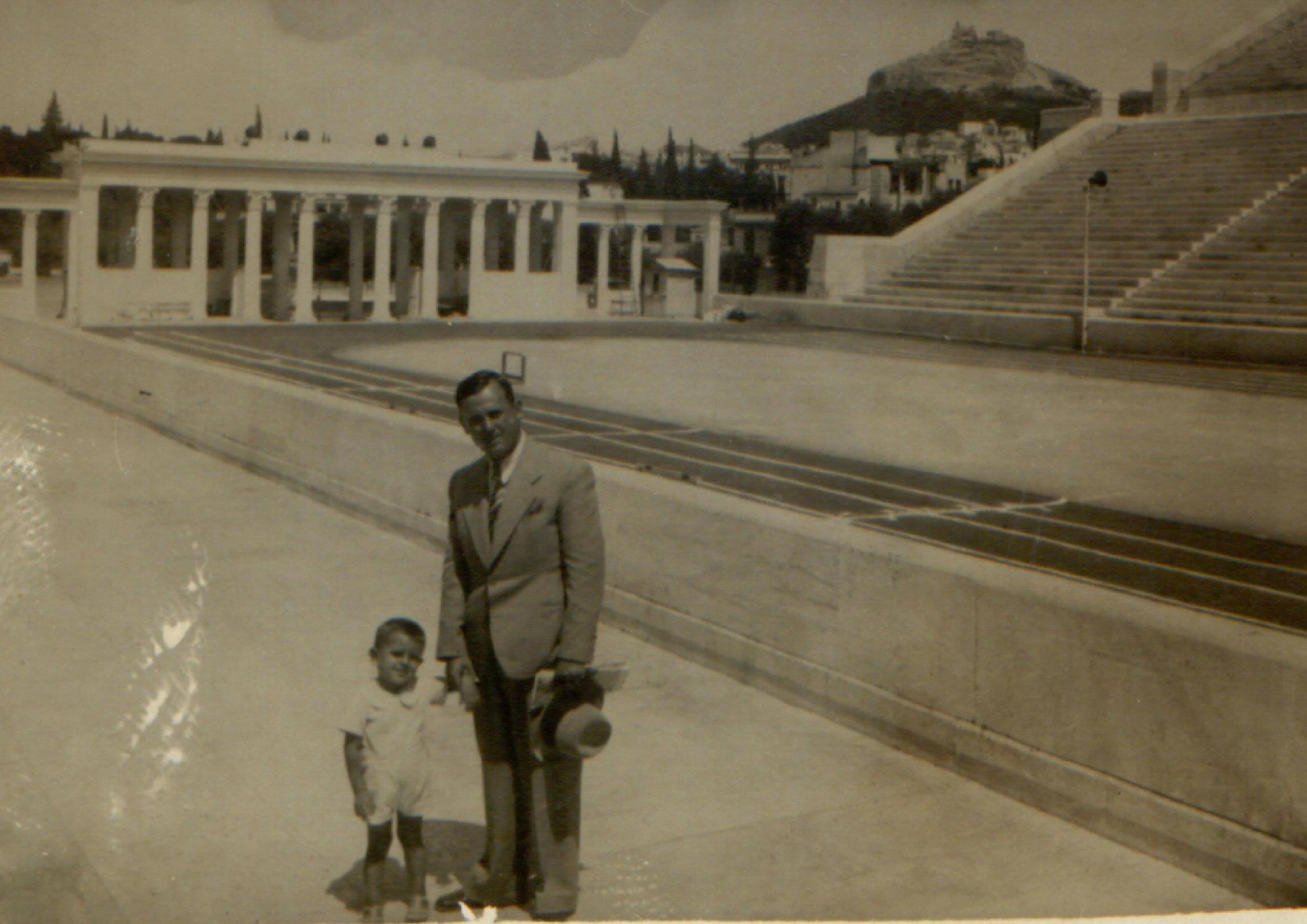 Ο πατέρας και ο παππούς μου στο Παναθηναϊκό Στάδιο. Τότε υπήρχαν Προπύλαια με αρχαία αγάλματα – αντίγραφα του Πραξιτέλη και μπροστά περνούσε ο Ιλισός ποταμός. Γιατί τα γκρέμισαν