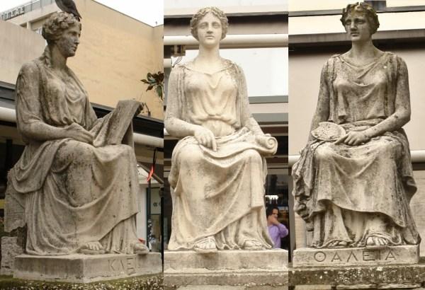 Ο δήμαρχος Καρδίτσας Β. Τζέλλας μετέφερε 4 Μούσες στην πόλη του: οι δύο είναι η Θάλεια και η Κλειώ, προστάτιδες της κωμωδίας και της ιστορίας αντίστοιχα.Η τρίτη είναι η Αγλαΐα, κάτι το οποίο αποτελεί παράδοξο, αφού η συγκεκριμένη θεωρείται μία από τις τρεις Χάριτες. Το όνομα της τέταρτης δε διακρίνεται στο γλυπτό.