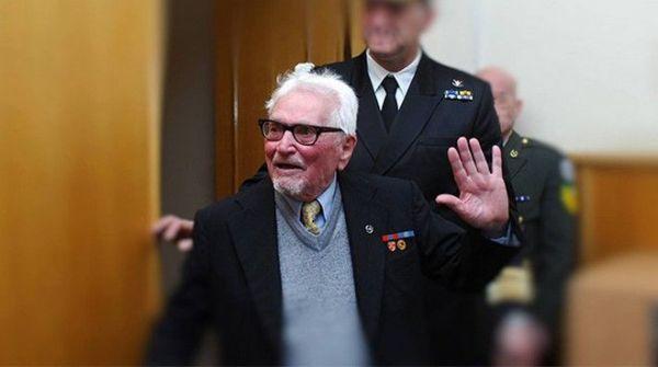 """Σε ηλικία 101 ετών έφυγε από τη ζωή την Παρασκευή (18/12) και το τελευταίο μέλος του πληρώματος του θρυλικού υποβρυχίου """"Παπανικολής"""", ο Νικόλαος Τασιάκος. AdTech Ad Γεννημένος στις 9 Αυγούστου 1915, ο Νικόλαος Τασιάκος είχε τιμηθεί, τον Οκτώβριο του 2014, από τον τότε υπουργό Εθνικής Άμυνας Δημήτρη Αβραμόπουλο με τον """"Σταυρό Αξίας και Τιμής Α' Τάξεως"""" για τις διακεκριμένες υπηρεσίες του προς τις Ένοπλες Δυνάμεις και την πατρίδα, παρουσία σύσσωμης της στρατιωτικής ηγεσίας."""