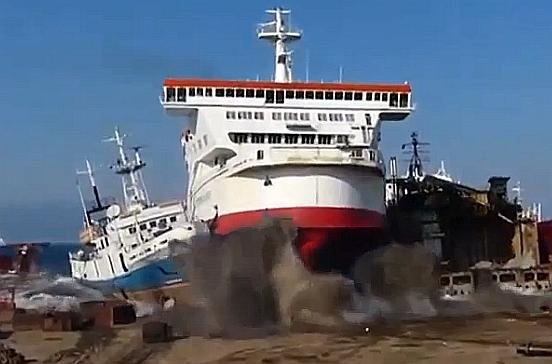 """Το καράβι που """"ξεψυχάει"""". Η τελευταία πορεία και το πικρό αντίο του """"Grecia"""" που βγήκε στη στεριά για να γίνει παλιοσίδερα (βίντεο)"""