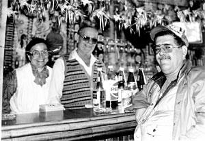 """Ο Ευάγγελος Κλωνής με τη γυναίκα του, Κική, πίσω απ' το μπαρ του """"Evangelo' s""""."""
