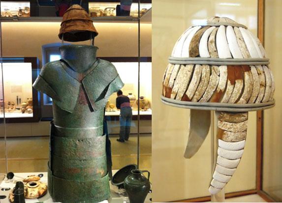 Αριστερά :  χάλκινη Μυκηναϊκή πανοπλία , μουσείο Ναυπλίου Δεξιά : περικεφαλαία από χαυλιόδοντα
