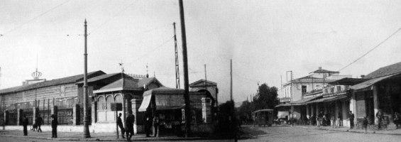 """Αθήνα 1937. Η Λαχαναγορά την εποχή που ήταν ακόμα στο Γκάζι. Δεξιά: η Ιερά Οδός. Ο φωτογράφος στέκεται πάνω στην οδό Πειραιώς. Ο Pavlos Agatzan μας πληροφόρησε στις 30/1/2014 οτι το οικόπεδο ανήκε στην οικογένεια Λαρδή. Στα τέλη του 1950 η αγορά μεταφέρθηκε στου Ρέντη. """"Τα εγκαίνια πραγματοποιήθηκαν στα μέσα Οκτωβρίου 1959, με την παρουσία του Προέδρου της Κυβερνήσεως Κωνσταντίνου Καραμανλή και πλήθους πολιτικών προσώπων. .[1] [1] Καπετανάκης Γ. κ.ά, Άγιος Ιωάννης Ρέντη. Η ιστορική και η πολεοδομική του εξέλιξη,"""