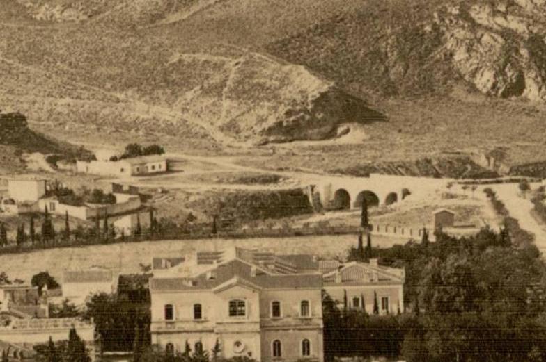 Τρία σπίτια στο βουνό, ένα μέγαρο στους πρόποδες και μια τοξωτή γέφυρα. Ποιο είναι το τοπίο; Να το πάρει το ποτάμι;