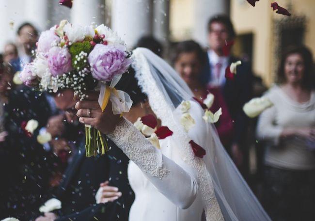 Η νύφη το' σκασε γιατί αγαπούσε άλλον. Πώς βγήκε η έκφραση: «άλλος πλήρωσε τη νύφη». Ο προνοητικός πεθερός και το χρυσό προικοσύμφωνο