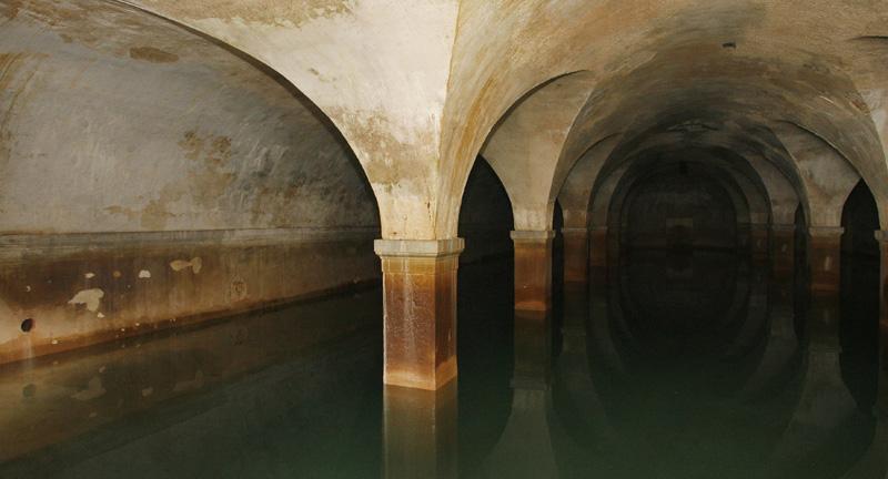 Η υπόγεια Αθήνα. Μυστικά οστεοφυλάκια και κρύπτες κάτω από την πόλη. Τι κρύβεται κάτω από γνωστές εκκλησίες της πρωτεύουσας, που υπάρχουν σπήλαια και καταφύγια
