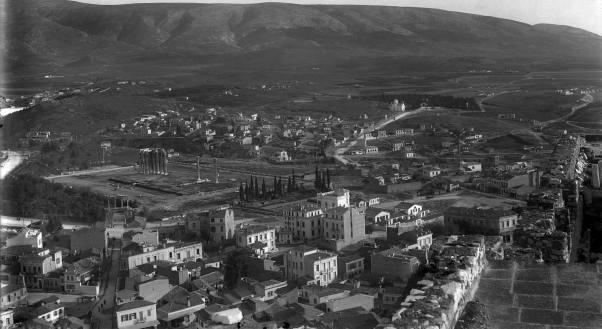 Η Αθήνα που χάσαμε φωτογραφημένη από τη Ακρόπολη κατ' εκτίμηση το 1910. Στο βάτος ο ναός του ολυμπίου Διός και ο πεσμένος κίονας