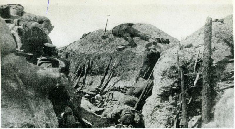 Η εκστρατεία της Καλλίπολης. Η Ελλάδα παρέμεινε ουδέτερη, οι σύμμαχοι θρήνησαν χιλιάδες θύματα από τα τουρκικά πολυβόλα. Αυστραλοί και Νεοζηλανδοί στρατιώτες σώζονται από Έλληνες