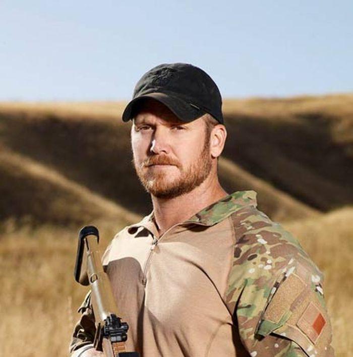 Κρις Κάιλ. Ο American Sniper που σκότωσε 255 αντιπάλους στον πόλεμο του Ιράκ. Έγινε ταινία από τον Κλιντ Ίστγουντ και δολοφονήθηκε στην Αμερική από άλλον βετεράνο του πολέμου