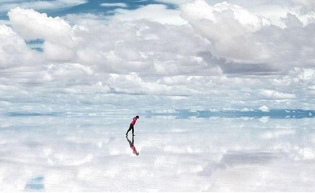 Ο μεγαλύτερος φυσικός καθρέφτης της Γης βρίσκεται στη Βολιβία. Η αλυκή που μετατρέπεται σε έναν γιγαντιαίο καθρέφτη που φθάνει τα 10.000 τετραγωνικά χιλιόμετρα