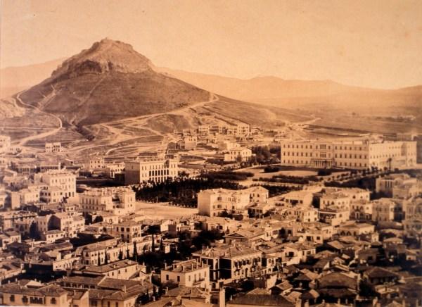 Η πλατεία Συντάγματος και ο Λυκαβηττός, γύρω στα 1865.Δημήτριος Κωνσταντίνου. Φωτογραφικό Αρχείο Μουσείου Μπενάκη.