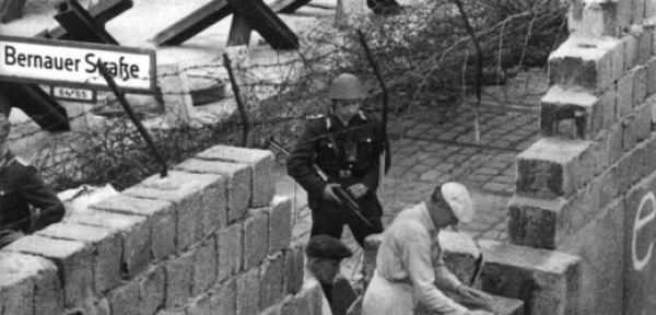 Στις 15 Αυγούστου, μπήκαν τα πρώτα τούβλα, υπό την επίβλεψη στρατιωτών της Ανατολικής Γερμανίας, που απειλούσαν ότι θα πυροβολήσουν όποιον δεν συνεργαζόταν.