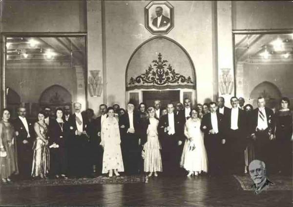 O Ελευθέριος Βενιζέλος και ο Κεμάλ Ατατούρκ με τις συζύγους τους στην Άγκυρα το 1930 μετά την υπογραφή της συνθήκης για την φιλία μεταξύ των δυο κρατών.