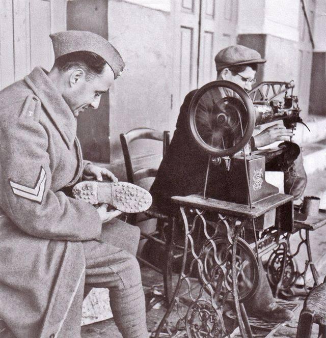 Υπαίθριος μπαλωματής. Αθήνα, 1940-1941