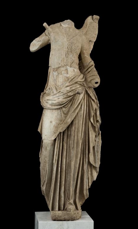 Άγαλμα Νίκης, ένα από τα τέσσερα γωνιακά ακρωτήρια της στέγης του Ιερού. 125-100 π.Χ.