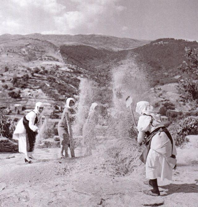 Αγρότισσες σε λίχνισμα, περίπου 1930 (Nelly's)