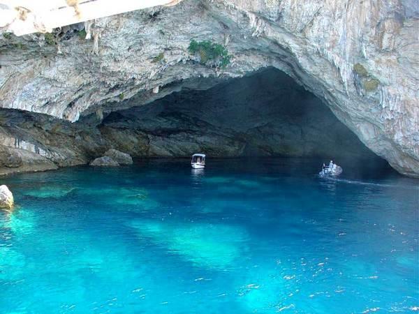 """Αυτοψία στο εντυπωσιακό σπήλαιο, όπου έβρισκε καταφύγιο το υποβρύχιο """"Παπανικολής"""" στον Β΄ Παγκόσμιο Πόλεμο. Θεωρείται το μεγαλύτερο ενάλιο σε όλο τον κόσμο και ξεπερνά το ονομαστό «Γαλάζιο Σπήλαιο» του Κάπρι (βίντεο)"""