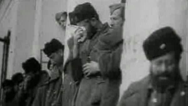 Αντάρτες του ΕΛΑΣ κλαίνε κατά την παράδοση των όπλων τους. Την ίδια στιγμή συμπολεμιστές τους απέκρυπταν μεγάλες ποσότητες οπλισμού.