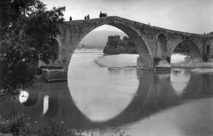 """""""Ολημερίς το χτίζανε, το βράδυ εγκρεμιζόταν"""". Πώς το γεφύρι της Άρτας έγινε συνώνυμο του ακατόρθωτου. Υπήρξε για χρόνια το φυσικό σύνορο της ελεύθερης Ελλάδας με την οθωμανική αυτοκρατορία"""