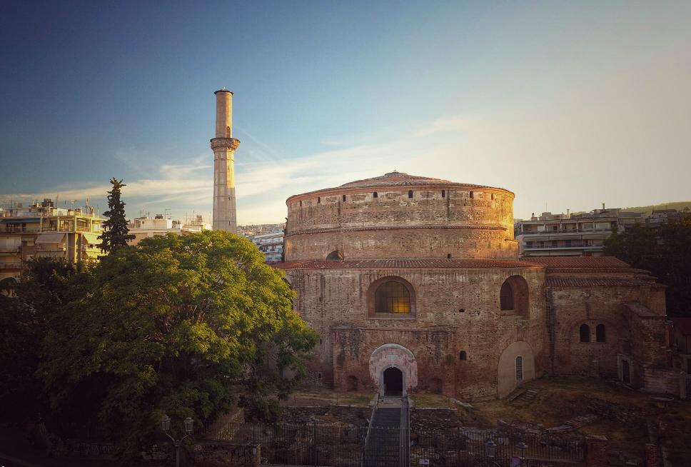 """Ροτόντα. Δείτε από ψηλά το μεγαλοπρεπές μνημείο της Θεσσαλονίκης που υπήρξε ναός τριών θρησκειών. Γιατί θεωρείται """"δίδυμο"""" με το Πάνθεον της Ρώμης"""