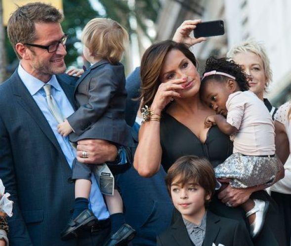 """Η Μαρίσκα Χάργκιτεϊ με την οικογένειά της, μετά την αποκάλυψή του ονόματός της στη """"Λεωφόρο των Αστέρων"""" στο Χόλιγουντ"""