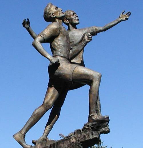 Το άγαλμα του Στέλιου Κυριακίδη και του Σπύρου Λούη στη Βοστώνη