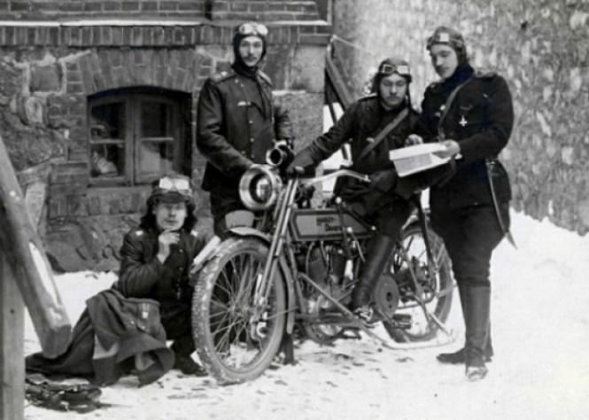 Αμερικανοί στρατιώτες με μια Χάρλεϊ Ντάβιντσον