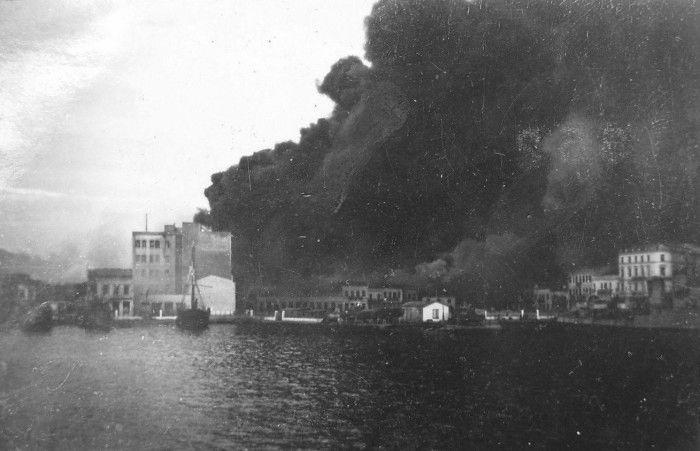 Οι Πειραιώτες πανηγύριζαν με τα χέρια υψωμένα στον ουρανό. Μετά ξεκίνησε ο σφοδρότερος βομβαρδισμός στην Ελλάδα από την αμερικανική αεροπορία. Το τραγικό τέλος των εγκλωβισμένων στα καταφύγια (φωτο)
