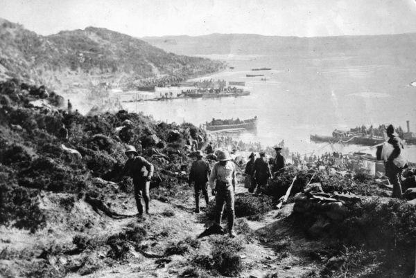 Νεοζηλανδοί και Αυστραλοί στρατιώτες αποβιβάζονται στην Καλλίπολη, 25 Απριλίου 1915. Στη Νέα Ζηλανδία η ημέρα των ΑΝΖΑΚ θεωρείται σημαντική εθνική εορτή
