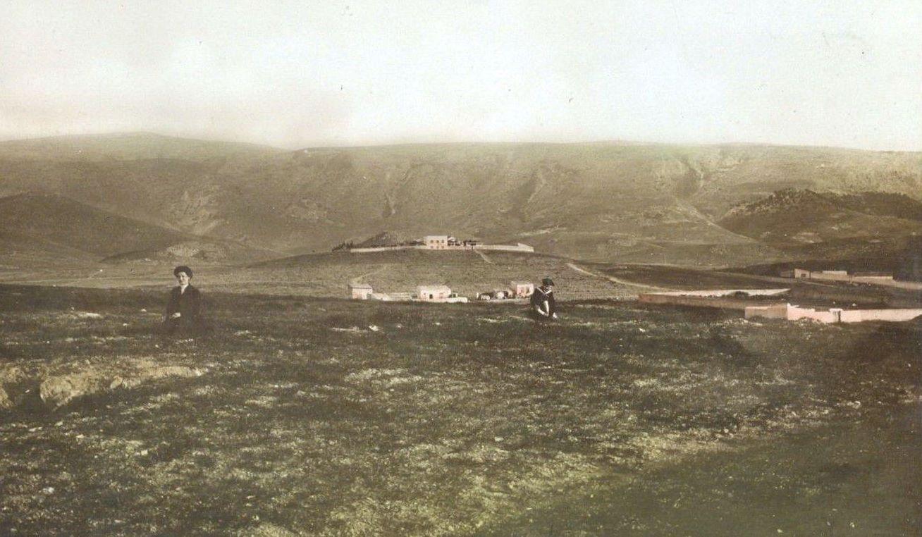 Ποια συνοικία της Αθήνας χτίστηκε στους πρόποδες αυτού του βουνού προς τιμή ενός φιλέλληνα που αγωνίστηκε για την Ελλάδα. Μέχρι το 1923 ήταν αγρός και χωράφια