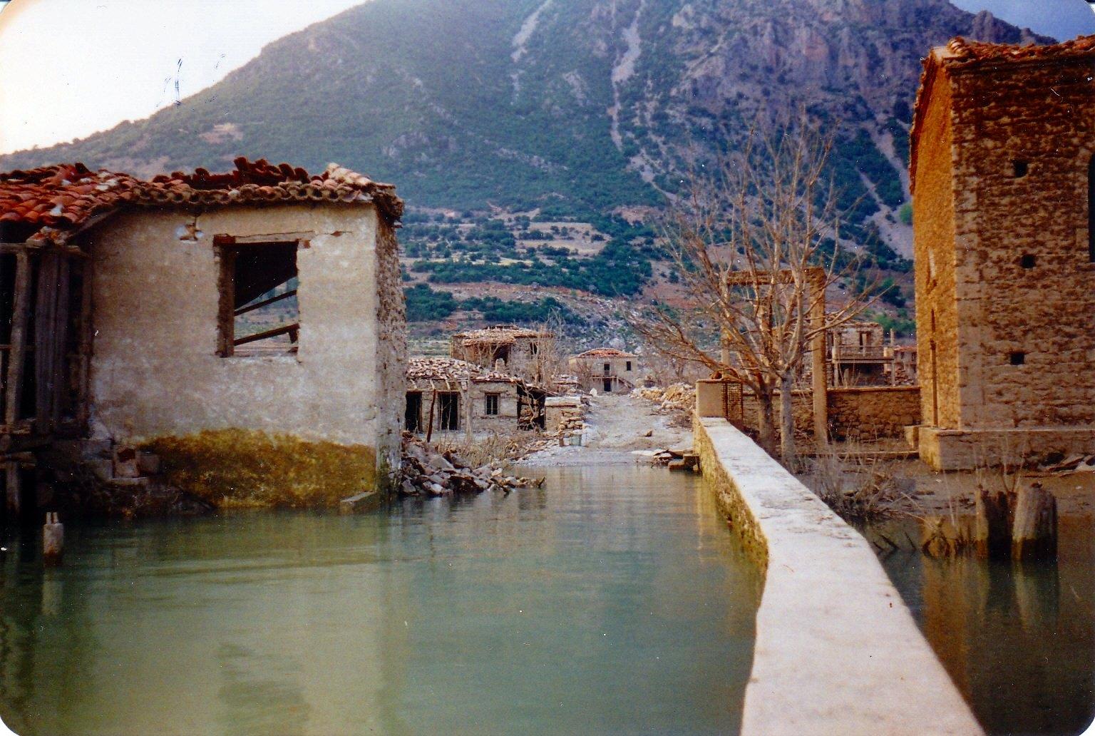 Kάλλιο, το χωριό που βυθίστηκε για να λυθεί το πρόβλημα ύδρευσης της Αθήνας. Εκεί βρισκόταν η αρχαία Καλλίπολις που καταστράφηκε από τους Γαλάτες
