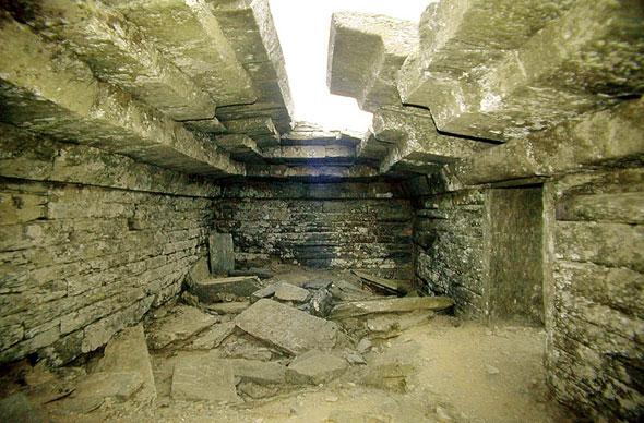 Το εσωτερικό του δρακόσπιτου της Όχης. Η είσοδός του είναι χαρακτηριστική τρίλιθη είσοδος σχήματος Π, από μεγάλες κολώνες