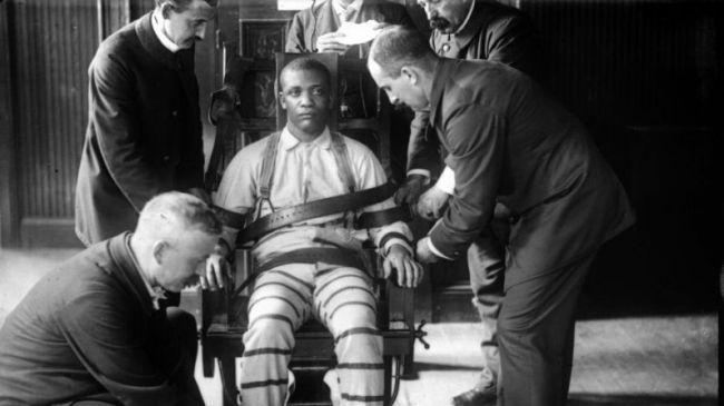 Η ηλεκτρική καρέκλα ήταν το αποτέλεσμα του πολέμου μεταξύ του Τ. Γουεστινγκχάους (AC) και του Τ. Έντισον (DC). Ο Έντισον σκότωσε με εναλλασσόμενο ρεύμα 50 σκυλιά για να αποδείξει ότι ήταν επικίνδυνο