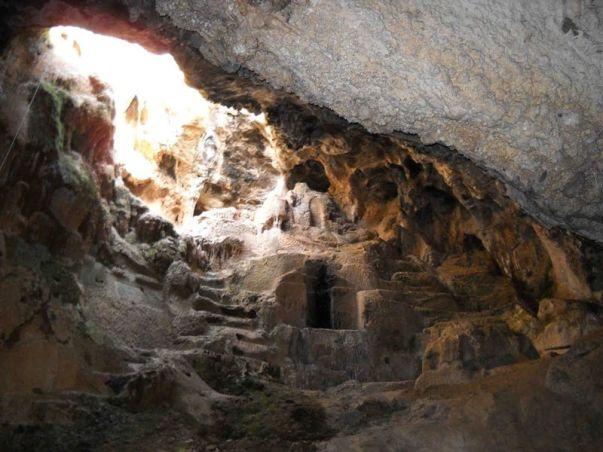 είσοδος σπηλαίου από το εσωτερικό