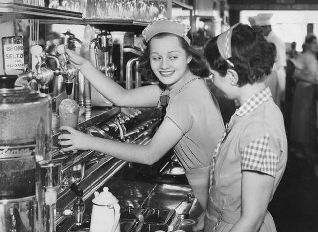 """Το πρώτο μαγαζί της Αθήνας που προσέλαβε σερβιτόρες ήταν ζαχαροπλαστείο στη Σταδίου, αλλά το σφράγισε η αστυνομία """"προς περιφρούρησιν των ηθών"""""""