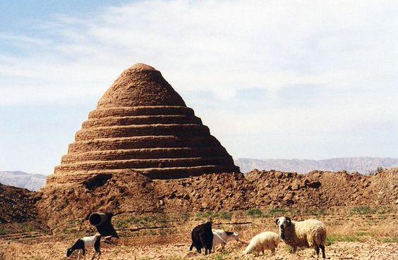 """Γιατί οι Πέρσες έχτισαν κωνοειδή κτίσματα καταμεσής της ερήμου; Τα αποκαλούσαν """"σπίτια του πάγου"""" και ήταν κατασκευασμένα από τρίχα κατσίκας, ασπράδια αυγών, στάχτη, άμμο και πηλό"""