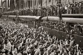Οι πρώτοι συρμοί με τους Ισπανούς εθελοντές αναχωρούν υπό τις ιαχές δεκάδων χιλιάδων πολιτών.