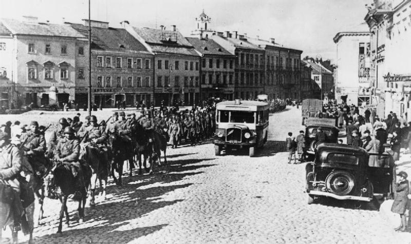 Οι Πολωνοί θεωρούνταν ισάξιοι με τα ζώα και τους προόριζαν για σκλάβους της νέα τάξης. Αμέσως μετά την εισβολή, οι Ναζί δολοφόνησαν όλους του μορφωμένους ως αχρείαστους