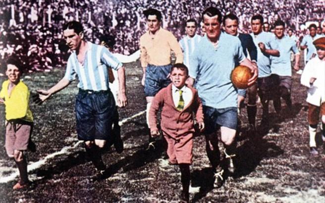 Το πρώτο Παγκόσμιο Κύπελλο στη χιονισμένη Ουρουγουάη του 1930. Η Άγγλοι το σνόμπαραν, έπεσε πολύ ξύλο και οι ομάδες ταξίδευαν ατελείωτες μέρες για να φθάσουν