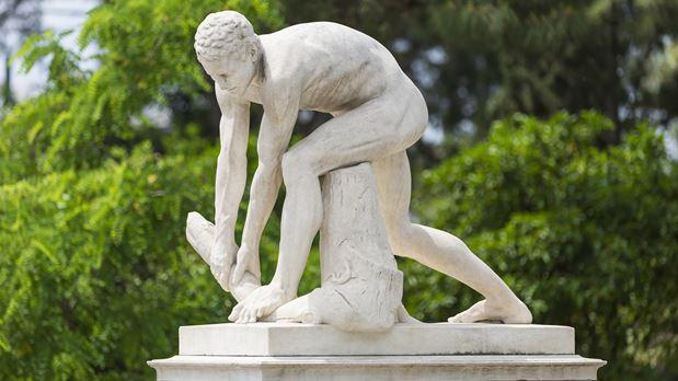 """Ο """"ξυλοθραύστης"""" του Ζαππείου έμεινε 38 χρόνια στο εργαστήριο του εκκεντρικού του γλύπτη Φιλιππότη. Οι βανδαλισμοί και οι φήμες για τον ευνουχισμό του"""