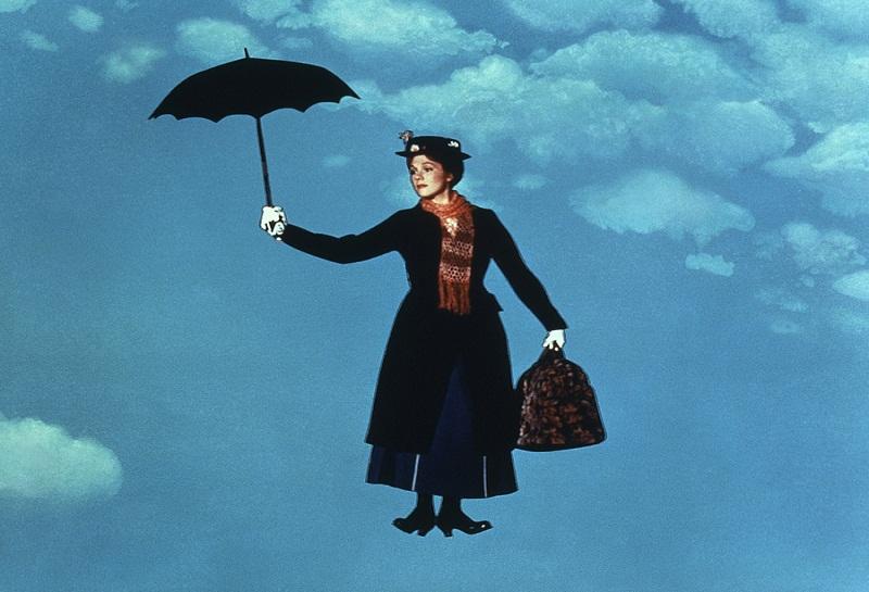 Πώς γυρίστηκε η πιο διάσημη σκηνή του κινηματογράφου με τη Μαίρη Πόπινς να κατεβαίνει από τον ουρανό με την ομπρέλα. Τα σχοινιά που κρατούσαν την ηθοποιό χαλάρωσαν και έπεσε με δύναμη στο πάτωμα