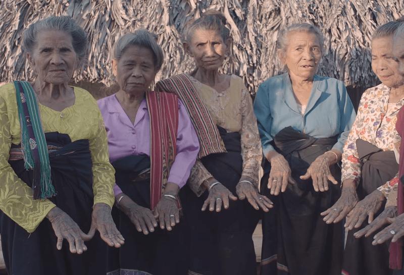 Μαλάκα.Η περιοχή της Ινδονησίας όπου οι γυναίκες αντιστάθηκαν στους Ιάπωνες που ήθελαν να τις βιάσουν, χτυπώντας τατουάζ στο σώμα τους. Πώς αξιοποίησαν ένα τοπικό έθιμο
