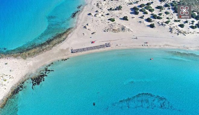 Σίμος, η κορυφαία παραλία με τους αμμόλοφους, λάμπει από ψηλά. Από που πήρε το όνομα της η εξωτική παραλία (drone)
