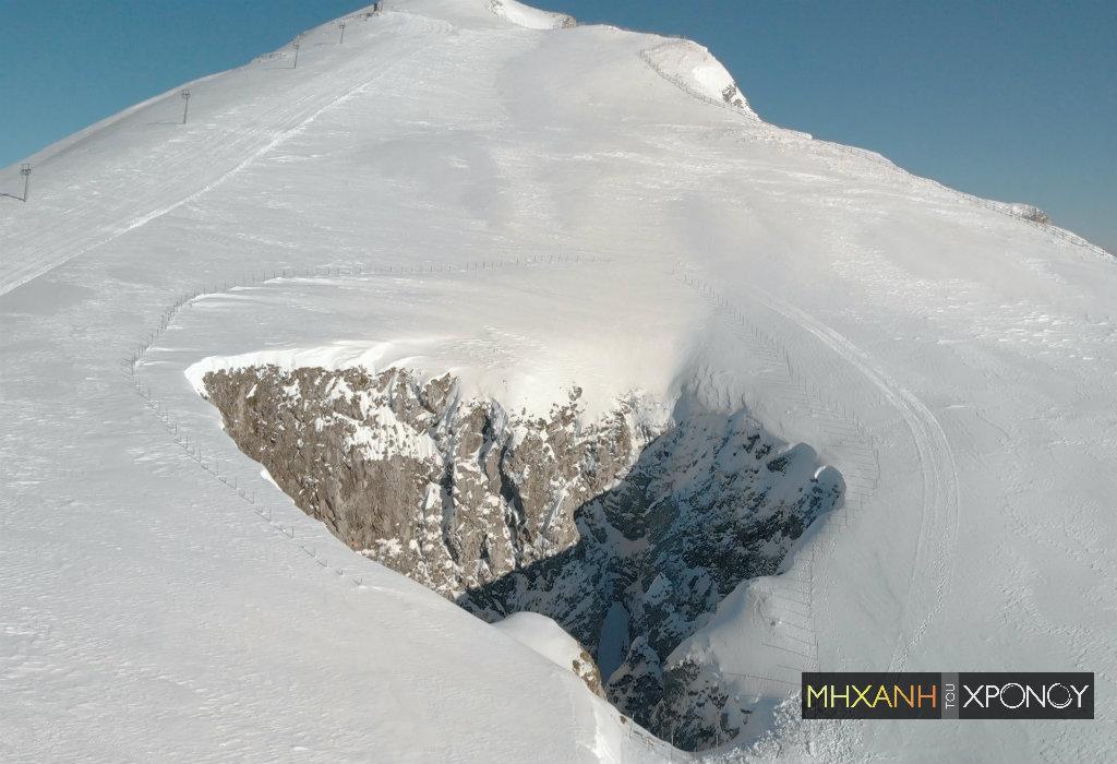 """Που βρίσκεται η Χιονότρυπα που μένει παγωμένη ακόμα και το καλοκαίρι. Είναι ένα από τα βαθύτερα σπήλαια της Ελλάδας και οι επιστήμονες το θεωρούν """"χρονοκάψουλα"""" (drone)"""