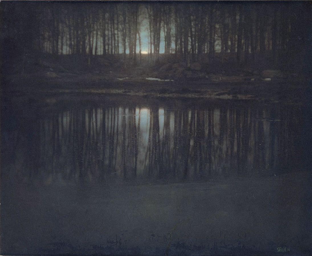 Αυτή είναι μία από τις πιο ακριβοπληρωμένες φωτογραφίες στον κόσμο. Για ποιο λόγο μία σκοτεινή φωτογραφία με φόντο το φεγγάρι πουλήθηκε έναντι 2,9 εκατομμυρίων δολαρίων