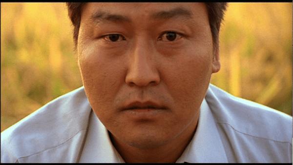 Για ποιο λόγο ο σκηνοθέτης της ταινίας «Παράσιτα» επιλέγει πάντα τον ίδιο πρωταγωνιστή για τις ταινίες του. Η απόρριψη που γέννησε μια δυνατή καλλιτεχνική σχέση