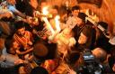 Η ιστορία του Αγίου Φωτός. Πότε ήρθε πρώτη φορά με απευθείας πτήση από τα Ιεροσόλυμα στην Ελλάδα. Ποιοι το περιγράφουν ως θαύμα και τι λένε οι επικριτές