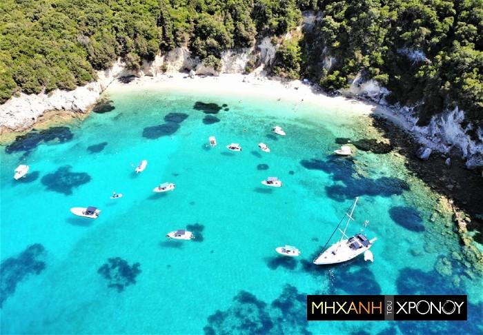 """Βουτιά από ψηλά στη μαγευτική φυσική """"πισίνα"""" του Ιονίου. Βρίσκεται σε ακατοίκητο νησάκι κοντά στα Σύβοτα (drone)"""